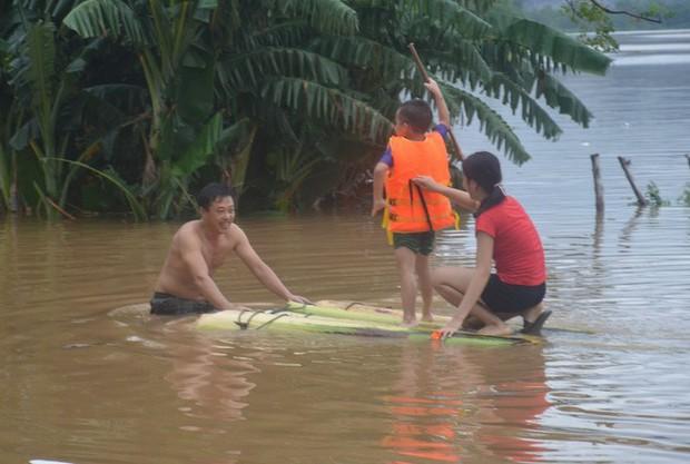 Thuyền lật khi thị sát vùng lũ, phó chủ tịch huyện và cán bộ gặp nạn trên sông Gianh - Ảnh 4.