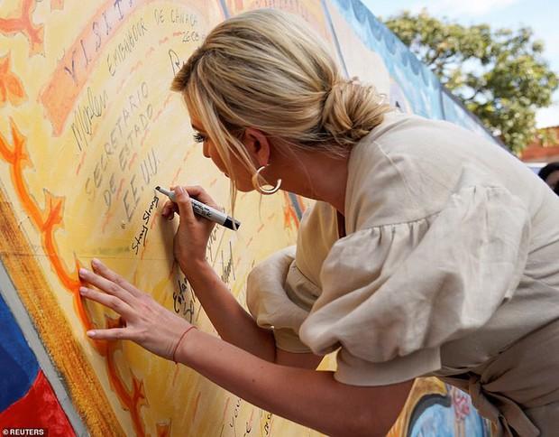 """Chưa rút kinh nghiệm từ công nương Meghan, Ivanka Trump lại bị chê """"khoe mẽ"""" khi diện váy đắt đỏ đi từ thiện - Ảnh 4."""