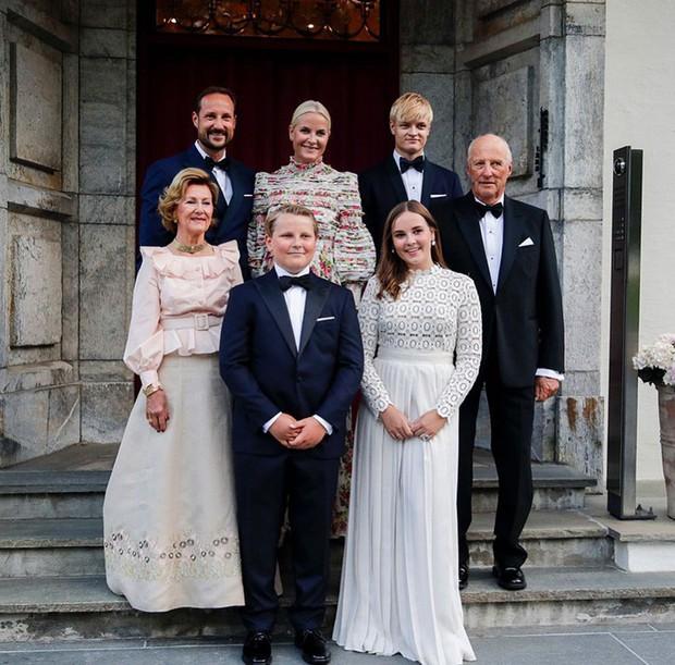 Công chúa Na Uy vừa 15 tuổi đã trổ mã xinh đẹp, đụng hàng với công nương Kate mà chẳng hề kém cạnh - Ảnh 5.