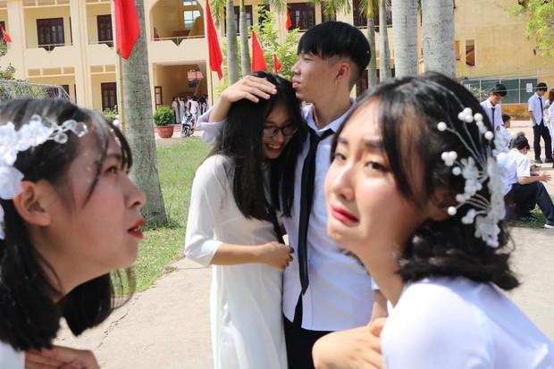 Những hình ảnh lầy lội của đám học trò ngày khai giảng: Người mang theo mèo, kẻ khóc lóc van xin nhưng hài nhất là biểu cảm của 2 nữ sinh này - Ảnh 6.