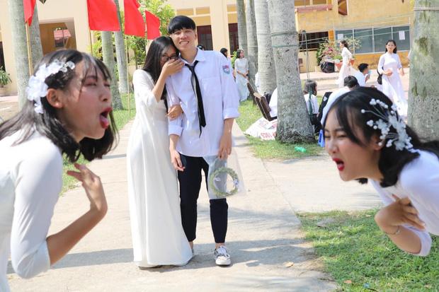 Những hình ảnh lầy lội của đám học trò ngày khai giảng: Người mang theo mèo, kẻ khóc lóc van xin nhưng hài nhất là biểu cảm của 2 nữ sinh này - Ảnh 7.
