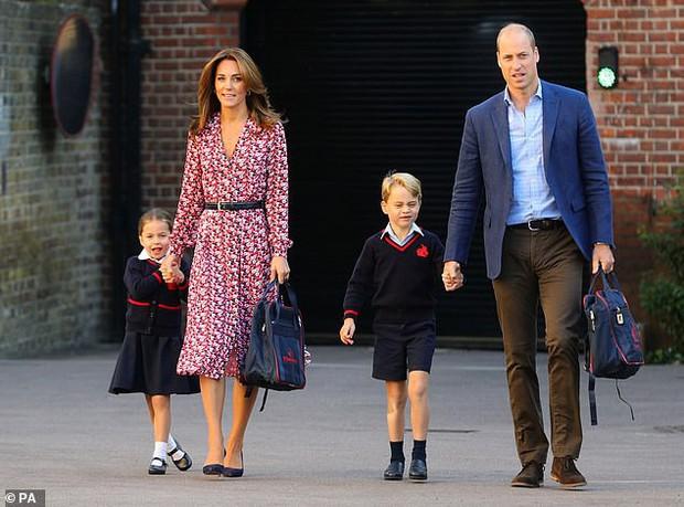 Ngắm công chúa Charlotte đáng yêu trong ngày đầu đi học, dân mạng bất ngờ nhận ra giống Nữ hoàng Anh thời bé như đúc - Ảnh 5.