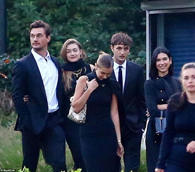 Chị em Hadid gây tranh cãi khi dự đám tang bà ngoại: Tươi cười, thân mật với bạn trai, check-in khoe lên MXH - Ảnh 6.