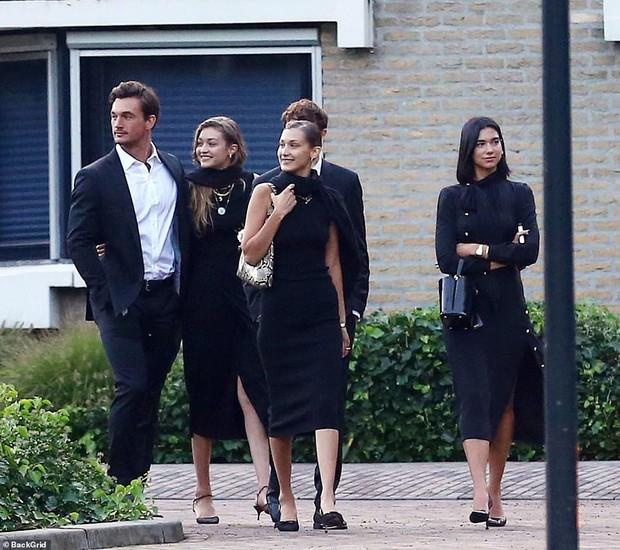 Chị em Hadid gây tranh cãi khi dự đám tang bà ngoại: Tươi cười, thân mật với bạn trai, check-in khoe lên MXH - Ảnh 1.