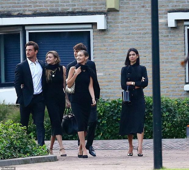 Chị em Hadid gây tranh cãi khi dự đám tang bà ngoại: Tươi cười, thân mật với bạn trai, check-in khoe lên MXH - Ảnh 5.