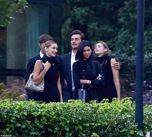 Chị em Hadid gây tranh cãi khi dự đám tang bà ngoại: Tươi cười, thân mật với bạn trai, check-in khoe lên MXH - Ảnh 4.