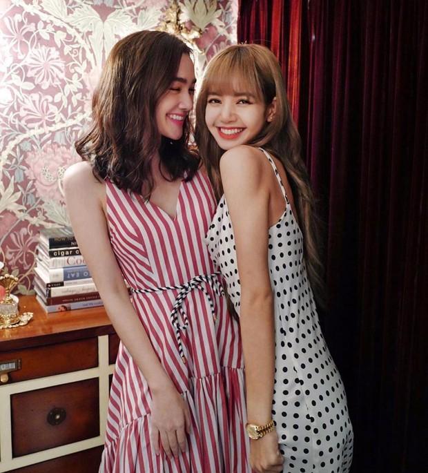 Hẹn hò cùng bạn tại Thái Lan, Lisa (BLACKPINK) lộ tính cách thật và thái độ trước lời mời biệt đãi người nổi tiếng - Ảnh 1.