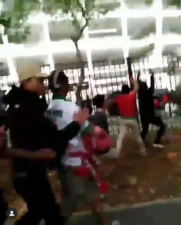 Bạo loạn trận Indonesia - Malaysia: fan chủ nhà ném đá, xô xát với nhóm CĐV đội khách - Ảnh 4.