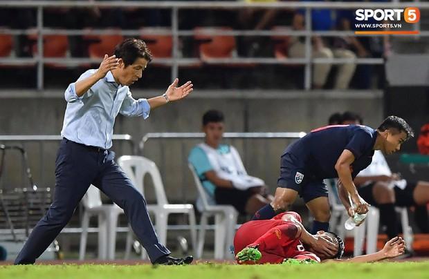 HLV Thái Lan phản ứng cực gắt, ngăn cản đội ngũ y tế Việt Nam vào sân vì nghi Bùi Tiến Dũng câu giờ - Ảnh 3.