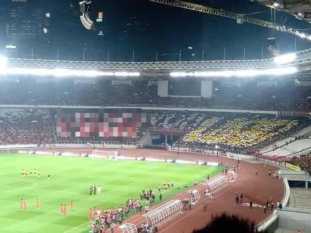 Nhọ như fan Indonesia: Giăng biểu ngữ khinh thường đối thủ nhưng sau cùng lại phải chứng kiến đội nhà thua đau - Ảnh 1.