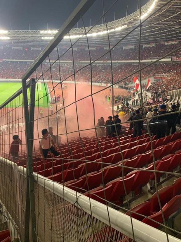 Bạo loạn trận Indonesia - Malaysia: fan chủ nhà ném đá, xô xát với nhóm CĐV đội khách - Ảnh 5.