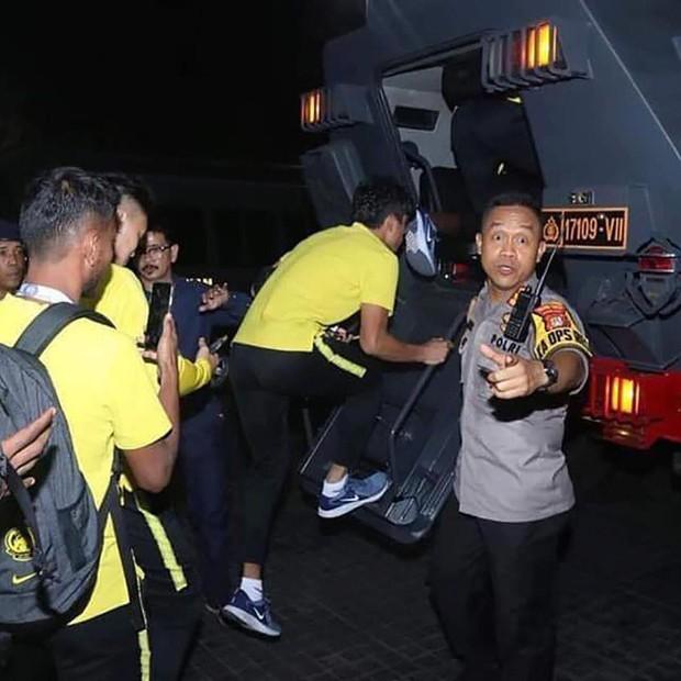 Nhọ như fan Indonesia: Giăng biểu ngữ khinh thường đối thủ nhưng sau cùng lại phải chứng kiến đội nhà thua đau - Ảnh 2.