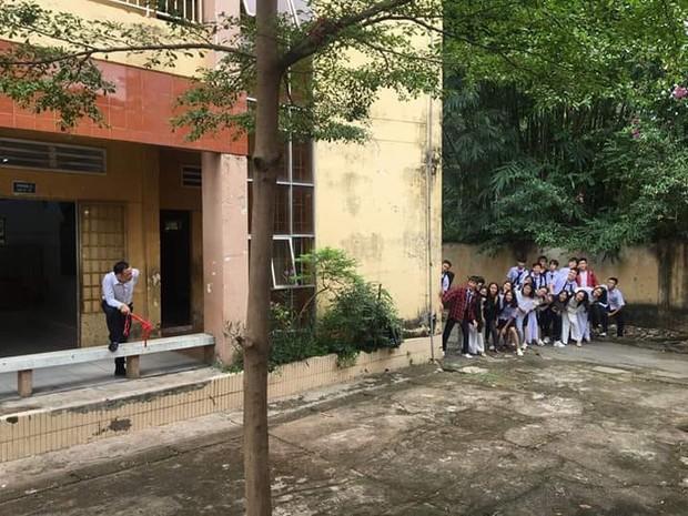 Bức ảnh thầy giáo thể dục cầm thước rượt đuổi cả lớp nhận bão like vì ai cũng bùi ngùi nhớ lại thời đi học tinh nghịch - Ảnh 1.