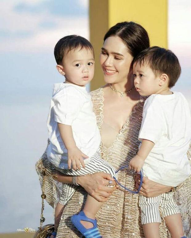 Đưa con dạo phố như nữ hoàng thảm đỏ Thái Chompoo: Chanh sả như catwalk, thần thái 2 bé còn đỉnh hơn - Ảnh 4.