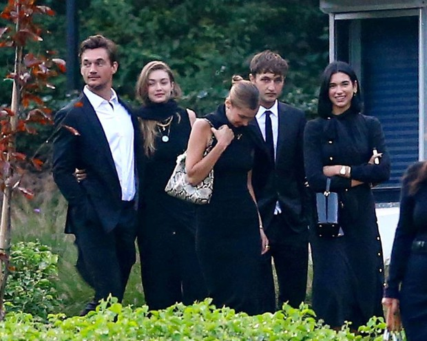 Chị em Hadid gây tranh cãi khi dự đám tang bà ngoại: Tươi cười, thân mật với bạn trai, check-in khoe lên MXH - Ảnh 2.
