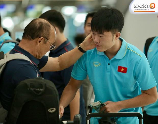 HLV Park Hang-seo trêu đùa về tấm thẻ vàng: Ở Hàn Quốc, tôi bị đuổi suốt, may lần này được ngồi đến cuối trận - Ảnh 2.