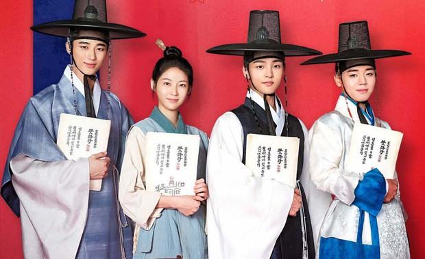 Dàn sao dữ dằn của Sạp Mai Mối Thời Joseon: Ngoài hotboy nháy mắt Park Ji Hoon, phim còn có cả tiểu Song Joong Ki nha các bé! - Ảnh 1.