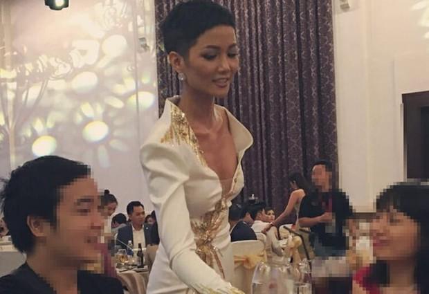 Diện váy xẻ ngực toang hoác, HHen Niê không chỉ khiến dân tình thót tim mà còn để lộ vòng 1 phổng phao bất thường - Ảnh 7.