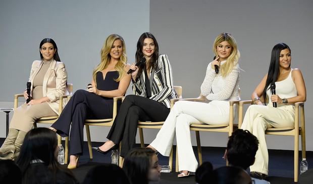 Tưởng thân thiết thế nào, ai ngờ Kylie Jenner lại bóc phốt chị em Kardashian đào mỏ khi cô trở thành tỷ phú? - Ảnh 2.