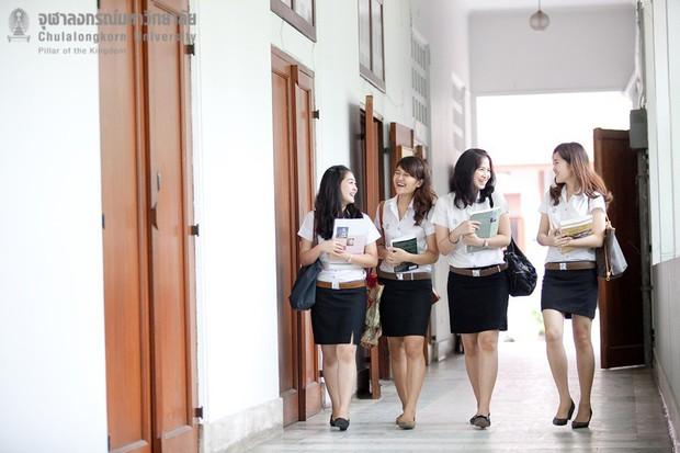 Nữ sinh Thái: lên Đại học vẫn phải mặc đồng phục, có bộ siêu bó, siêu ngắn và hẳn là sexy nhất châu Á - Ảnh 2.