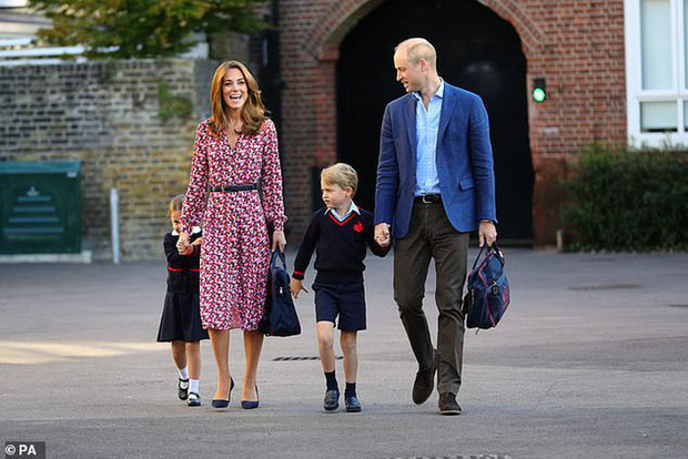 Kate Middleton mặc lại váy cũ đưa con đi học nhưng bất ngờ nhất là cô giáo của 2 con: Bụng bầu vượt mặt vẫn diện váy đắt hơn cả công nương - Ảnh 1.