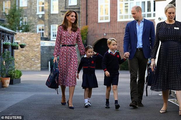 Kate Middleton mặc lại váy cũ đưa con đi học nhưng bất ngờ nhất là cô giáo của 2 con: Bụng bầu vượt mặt vẫn diện váy đắt hơn cả công nương - Ảnh 2.
