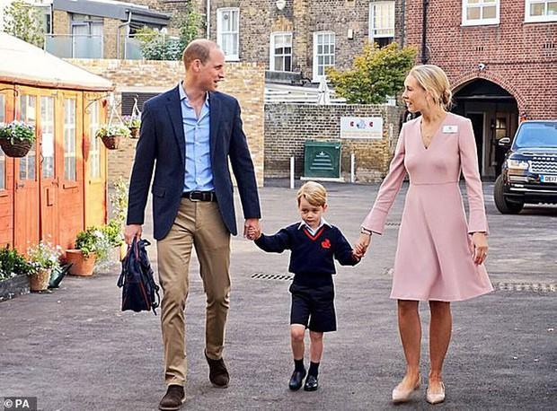 Kate Middleton mặc lại váy cũ đưa con đi học nhưng bất ngờ nhất là cô giáo của 2 con: Bụng bầu vượt mặt vẫn diện váy đắt hơn cả công nương - Ảnh 10.