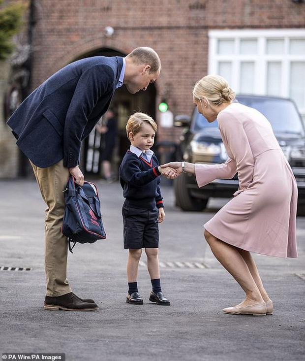 Kate Middleton mặc lại váy cũ đưa con đi học nhưng bất ngờ nhất là cô giáo của 2 con: Bụng bầu vượt mặt vẫn diện váy đắt hơn cả công nương - Ảnh 11.