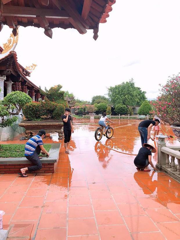 Hoài Linh tự tay bắt sâu, dọn dẹp nhà thờ chuẩn bị cho ngày giỗ Tổ nghề sân khấu - Ảnh 5.