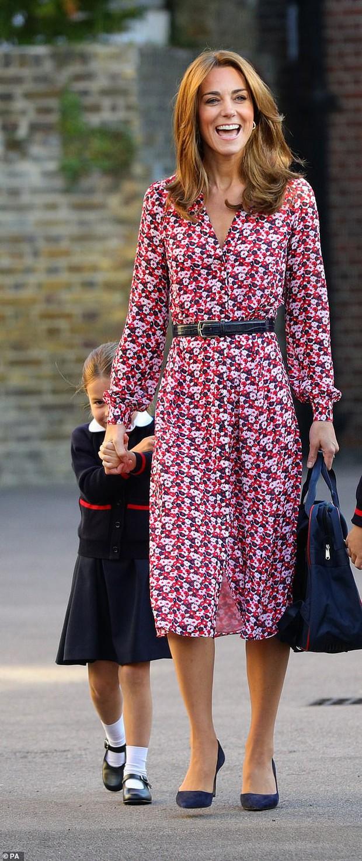 Kate Middleton mặc lại váy cũ đưa con đi học nhưng bất ngờ nhất là cô giáo của 2 con: Bụng bầu vượt mặt vẫn diện váy đắt hơn cả công nương - Ảnh 3.