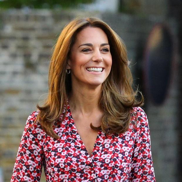 Kate Middleton mặc lại váy cũ đưa con đi học nhưng bất ngờ nhất là cô giáo của 2 con: Bụng bầu vượt mặt vẫn diện váy đắt hơn cả công nương - Ảnh 5.