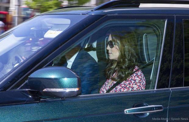 Kate Middleton mặc lại váy cũ đưa con đi học nhưng bất ngờ nhất là cô giáo của 2 con: Bụng bầu vượt mặt vẫn diện váy đắt hơn cả công nương - Ảnh 6.