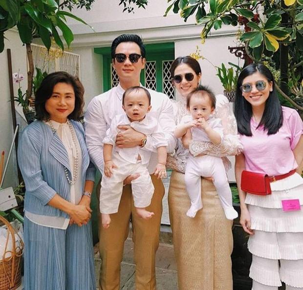 Đưa con dạo phố như nữ hoàng thảm đỏ Thái Chompoo: Chanh sả như catwalk, thần thái 2 bé còn đỉnh hơn - Ảnh 3.