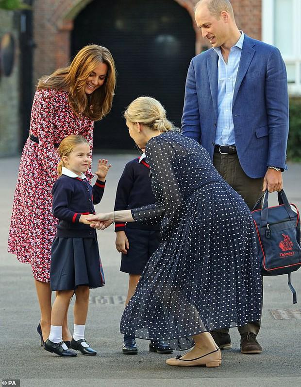 Kate Middleton mặc lại váy cũ đưa con đi học nhưng bất ngờ nhất là cô giáo của 2 con: Bụng bầu vượt mặt vẫn diện váy đắt hơn cả công nương - Ảnh 8.