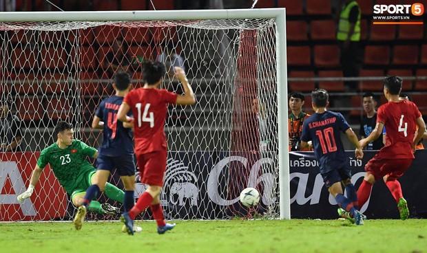 Cầu thủ Thái Lan mặc áo có in đủ tên và số, còn tuyển Việt Nam thì thiếu phần in tên phía sau lưng áo. Ảnh: Tiến Tuấn