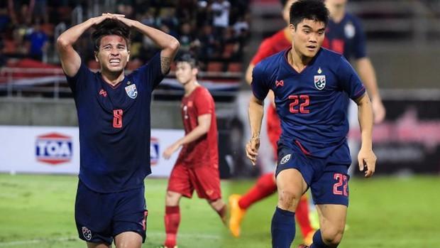 Tuyển thủ Thái Lan chấn thương sau khi vào bóng nguy hiểm với đội trưởng Quế Ngọc Hải - Ảnh 2.