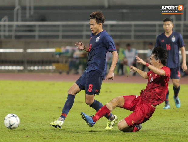 Khoảnh khắc Tuấn Anh nằm sân đau đớn khiến fan Việt Nam thót tim trong trận hoà tuyển Thái Lan - Ảnh 6.