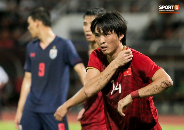 Khoảnh khắc Tuấn Anh nằm sân đau đớn khiến fan Việt Nam thót tim trong trận hoà tuyển Thái Lan - Ảnh 4.