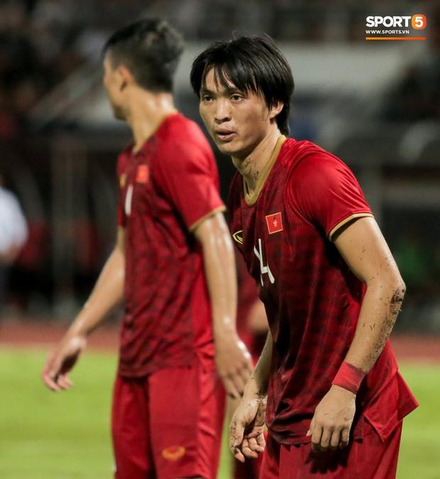 Khoảnh khắc Tuấn Anh nằm sân đau đớn khiến fan Việt Nam thót tim trong trận hoà tuyển Thái Lan - Ảnh 14.