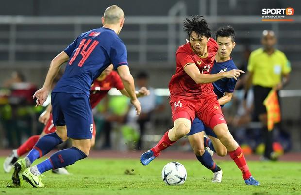 Khoảnh khắc Tuấn Anh nằm sân đau đớn khiến fan Việt Nam thót tim trong trận hoà tuyển Thái Lan - Ảnh 1.