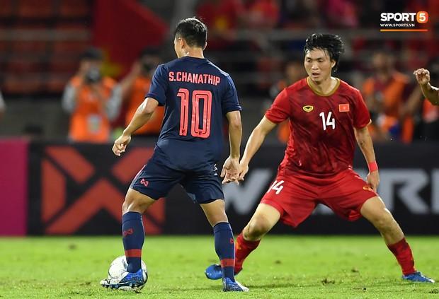 Khoảnh khắc Tuấn Anh nằm sân đau đớn khiến fan Việt Nam thót tim trong trận hoà tuyển Thái Lan - Ảnh 8.