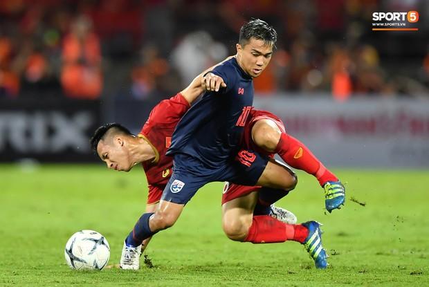 Khoảnh khắc Tuấn Anh nằm sân đau đớn khiến fan Việt Nam thót tim trong trận hoà tuyển Thái Lan - Ảnh 10.