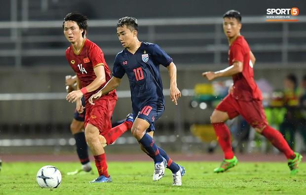 Khoảnh khắc Tuấn Anh nằm sân đau đớn khiến fan Việt Nam thót tim trong trận hoà tuyển Thái Lan - Ảnh 7.