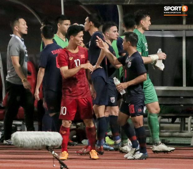 Công Phượng trò chuyện, nắm chặt tay Messi Thái Lan trước những cái nhìn kỳ lạ của đồng đội - Ảnh 2.