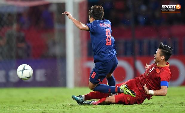 Tuyển thủ Thái Lan chấn thương sau khi vào bóng nguy hiểm với đội trưởng Quế Ngọc Hải - Ảnh 1.