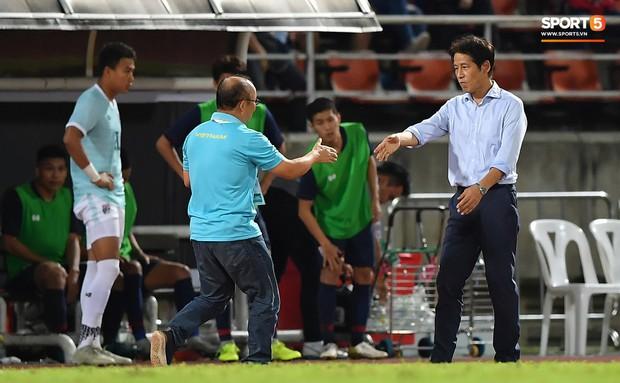 Công Phượng trò chuyện, nắm chặt tay Messi Thái Lan trước những cái nhìn kỳ lạ của đồng đội - Ảnh 5.