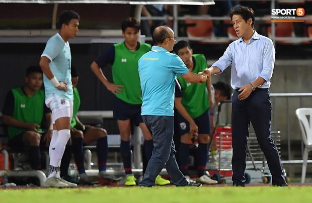 HLV Park Hang-seo trêu đùa về tấm thẻ vàng: Ở Hàn Quốc, tôi bị đuổi suốt, may lần này được ngồi đến cuối trận - Ảnh 1.