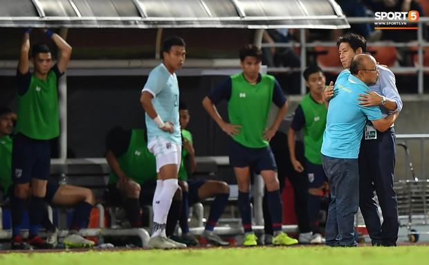 Công Phượng trò chuyện, nắm chặt tay Messi Thái Lan trước những cái nhìn kỳ lạ của đồng đội - Ảnh 7.