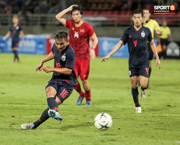 Khoảnh khắc Tuấn Anh nằm sân đau đớn khiến fan Việt Nam thót tim trong trận hoà tuyển Thái Lan - Ảnh 11.