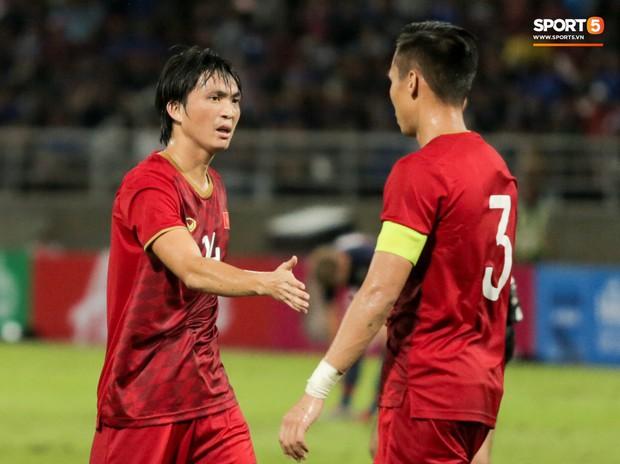 Khoảnh khắc Tuấn Anh nằm sân đau đớn khiến fan Việt Nam thót tim trong trận hoà tuyển Thái Lan - Ảnh 13.